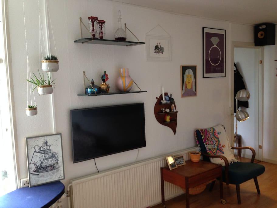 Stue med fjernsyn, sofa/sovesofa, spisebord og hyggekrog.
