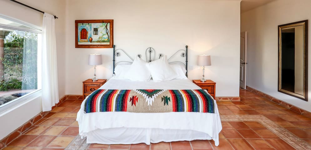 Master king bedroom en-suite.