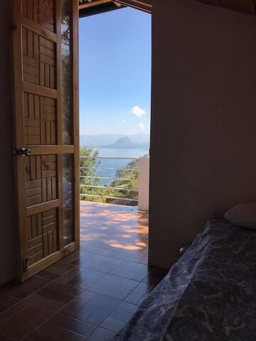 La habitación hace el volcán tambíen tiene una vista hacia el lago que no se tal mala :)    The volcano side bedroom also have a pretty OK view of the lake :)