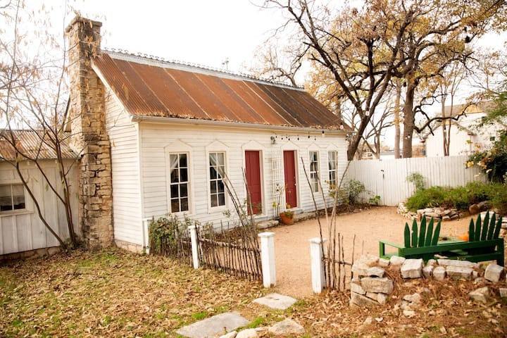 Cottage in Historic Granbury