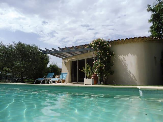 Petite maison au bord de la piscine - Grillon - Dům