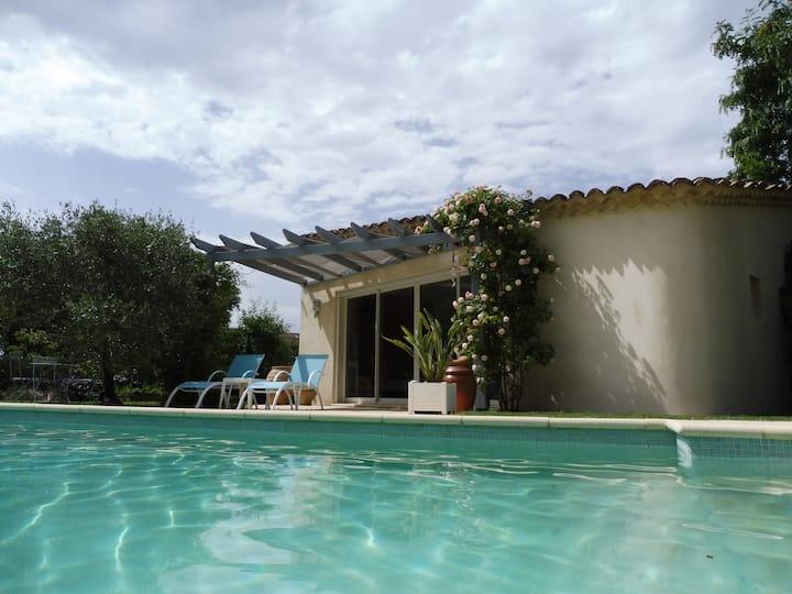 Petite maison au bord de la piscine