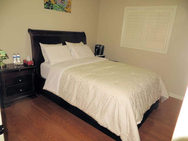 Very clean & comfortable room for your relaxation. - Hamilton - Huis