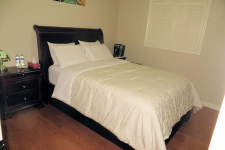 Very clean & comfortable room for your relaxation. - Hamilton - Hus