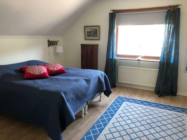 Stort sovrum med dubbelsäng 160 cm.
