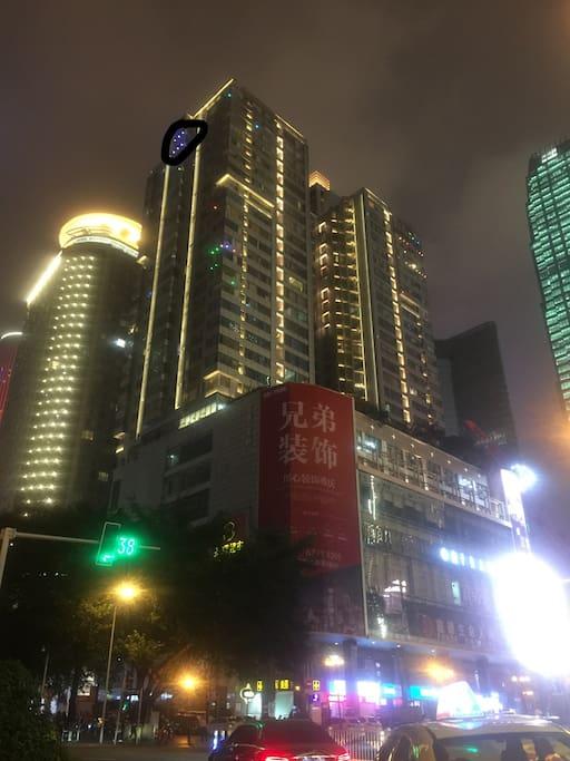标识处的房源,29楼的落地窗背靠解放碑,正对长江,前面坡下十八梯景区无遮挡,夜景极佳