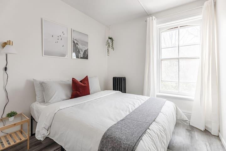 Queen bed (can sleep 2).