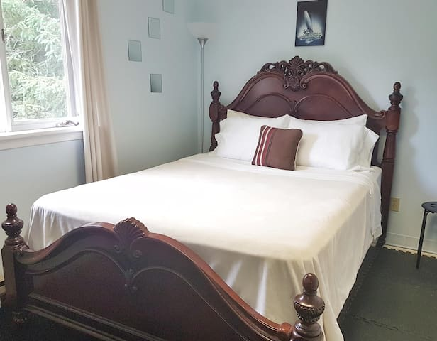 The Backcountry Inn & Hostel  -Queen Room