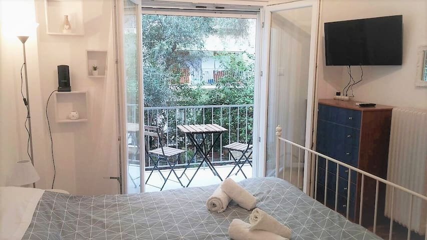Modern, ideally located studio apartment
