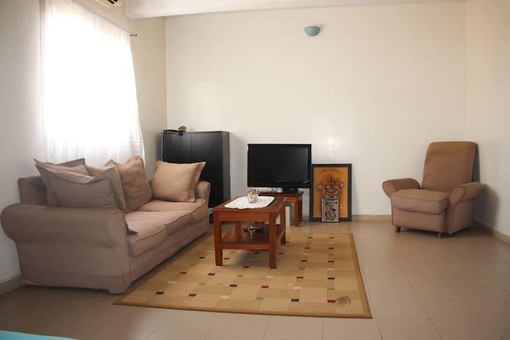 Grande chambre privée + coin séjour à Dakar