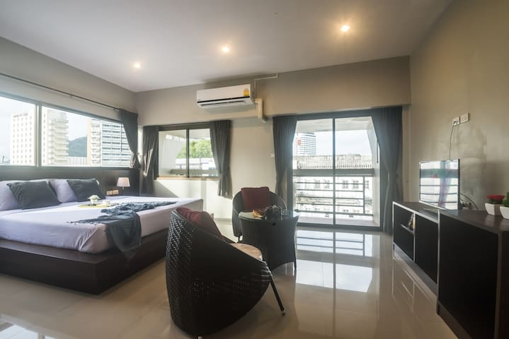 Greenleaf Hostel Phuket Deluxe air with balcony