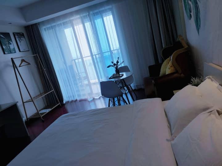 东港特色海景公寓式酒店标准大床房阳台房间