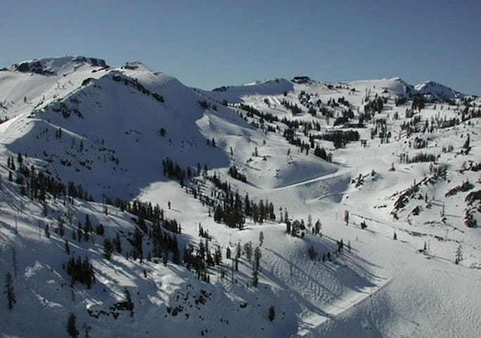 Beat the traffic and ski! - Olympic Valley - Guesthouse