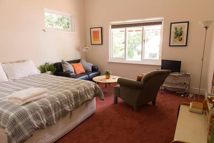Large room, your own private entry. - Inglewood