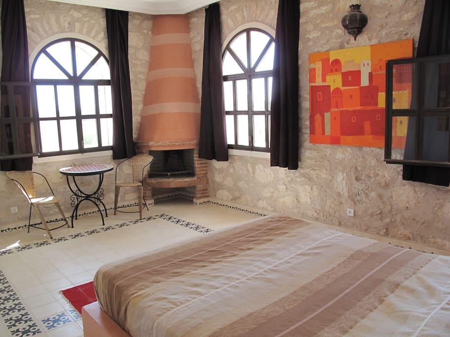 Terra Cotta kamer(2 pers.) met eigen open haard, douche en toilet, bevindt zich op de 1e verdieping.