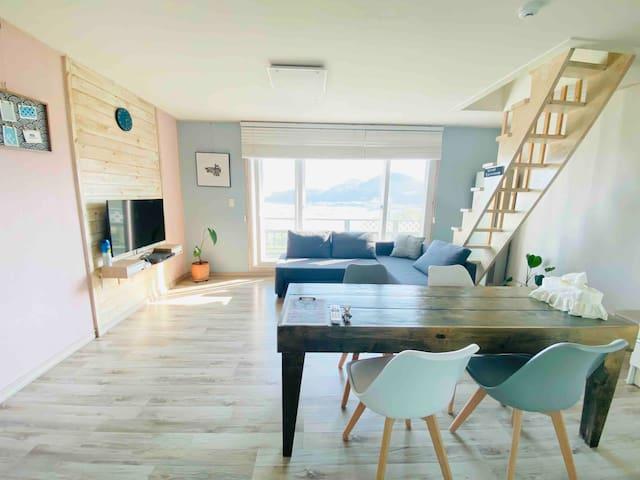 남해최고의뷰‼️ 독일마을 차2분 해돋이와 바다를 한눈에‼️독채형 2인실,최대4인/방1+거실