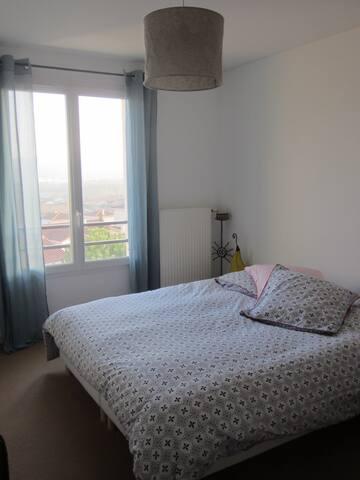 Chambre avec salle de bain et petit dejeuner - L'Isle-d'Abeau - Casa