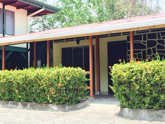 Pretty, quaint 2-bedroom home in the heart of M.A. - Quepos - Huis