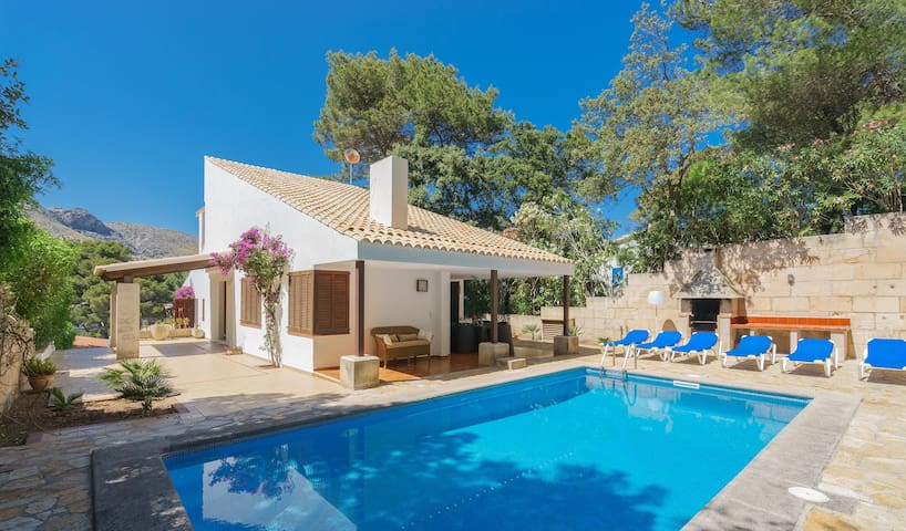 Villa with pool walking distance to the beach
