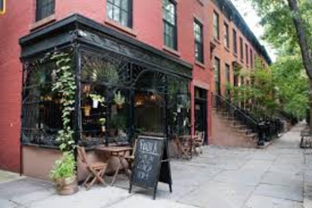 Many great restaurants just a few blocks away!