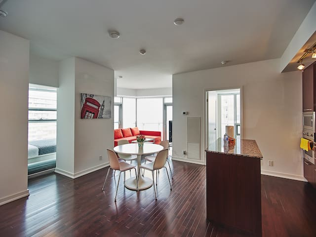 Luxurious 3BR/2BATH w/Lake + city view on 64 floor