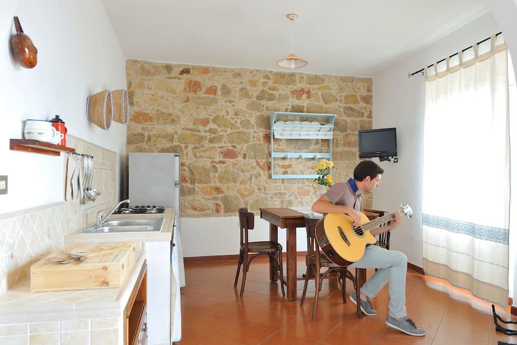Nell'appartamento se avete l'hobby della musica potrete suonare anche un basso.