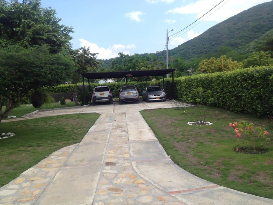 Parqueadero cubierto para 3 carros