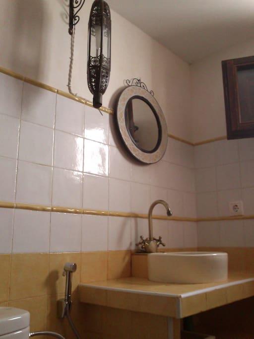 El lavabo es artesanal, igual que espejo y lámpara