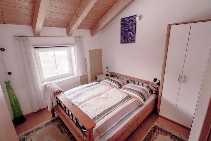 Schlafzimmer mit (leerem)  Kleiderschrank