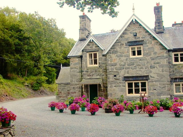 Lovely Country Cottage in Snowdonia - Dolgellau  - House