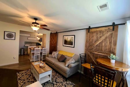 Super Clean, Stylish Spring Hill Apartment w/View