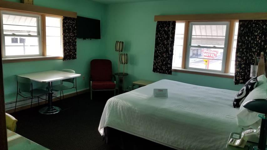 Deluxe Room, 1 King Bed, Second Floor