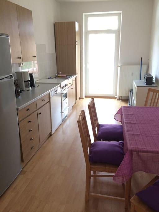 Küche mit Balkon und Vormittagssonne ☀️