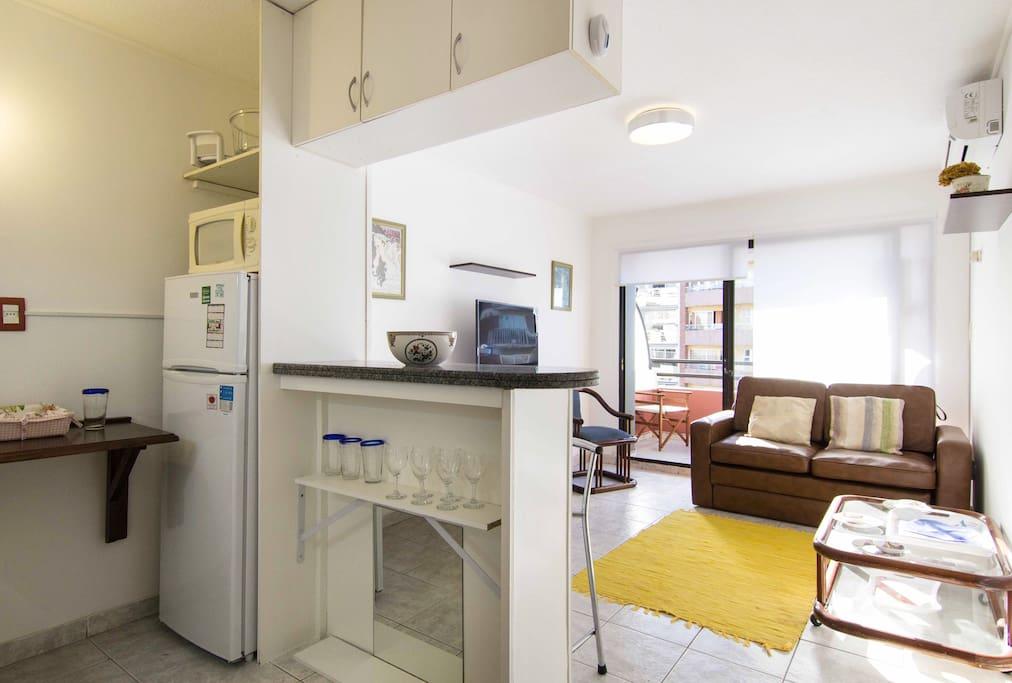 Comodo living con kitchenet integrada