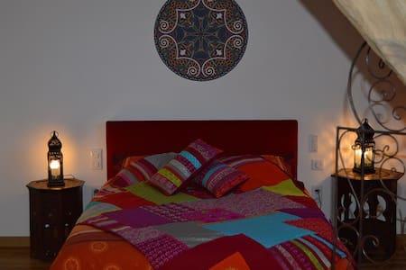 Joumane - Chambre deco marocaine - Louroux-de-Bouble - Bed & Breakfast