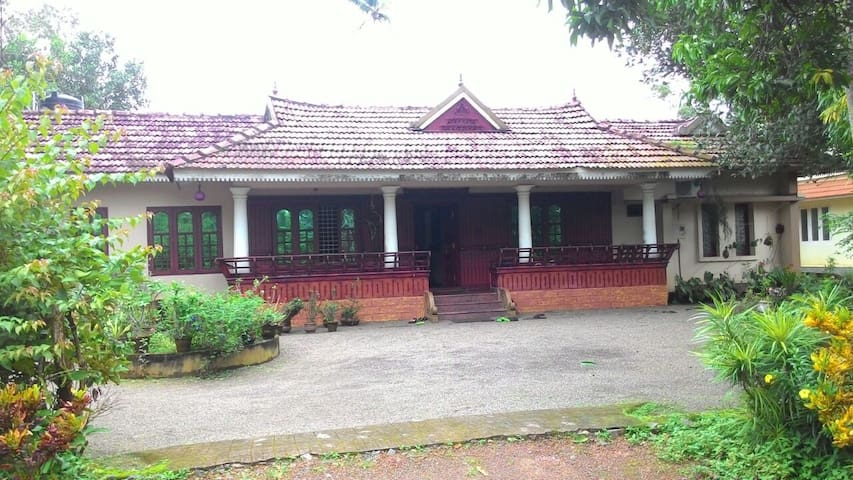 Private Room in a Heritage Home @ Kottayam - Mannanam - Casa
