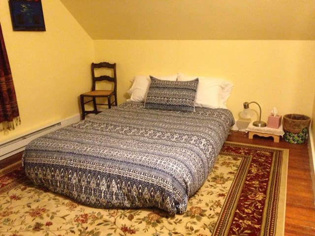 Cozy, quiet room in 1890s Victorian home w futon - Westbrook - Apartamento
