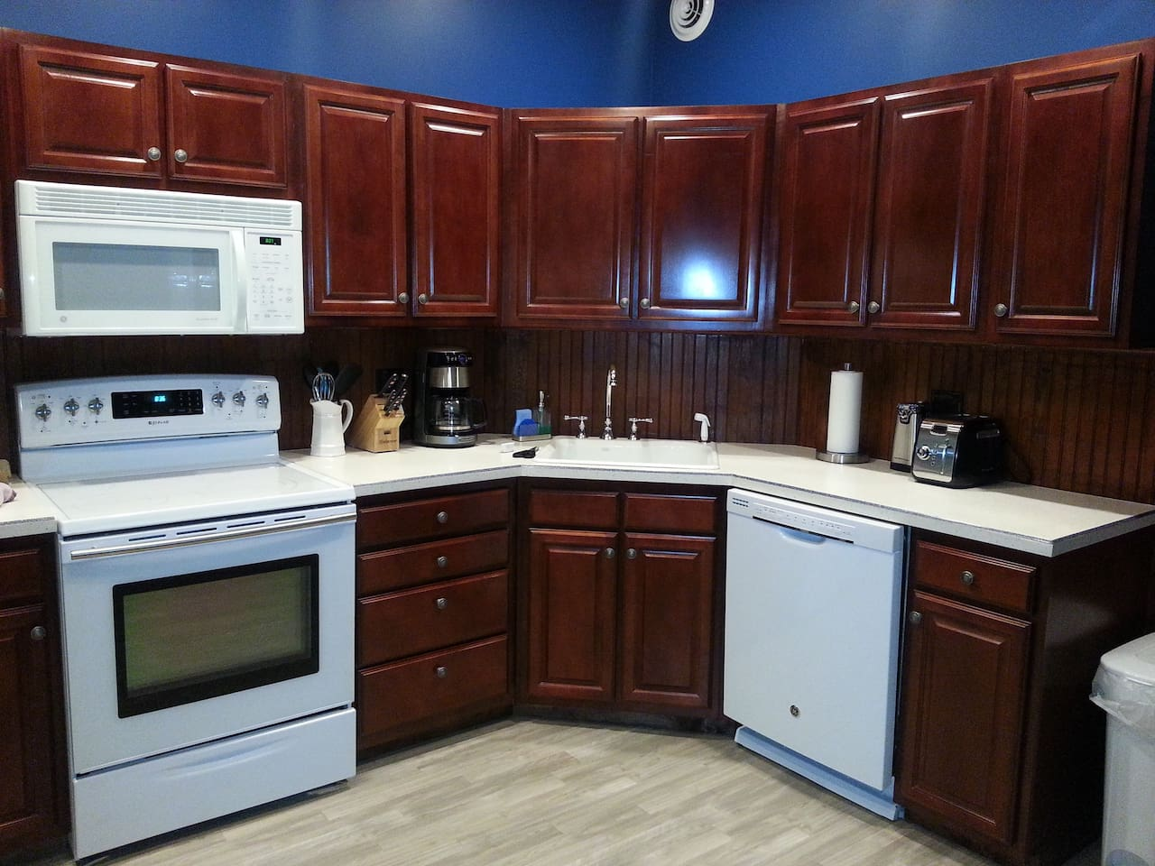 Fully equipped kitchen with everything needed to cook!  Dishwasher detergent, paper towels, garbage bags all provided. Ample lighting and a ceiling fan.
