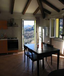 Graziosa mansarda in collina - Apartamento