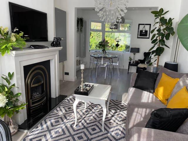 Luxury 5* Home with Secret Garden & Free Parking