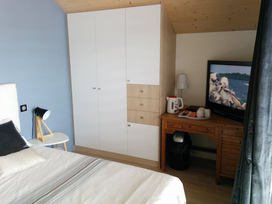 Chambre étage avec lit double. TV et lecteur blu-ray. (Room with TV and blu-ray player)