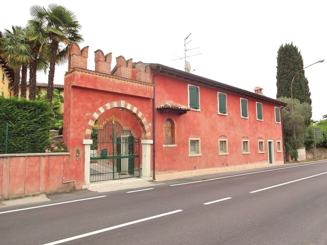 Corte Lazise 5 Sleeps Apartment In Front Of The Castle In  Lazise - Lazise - Huis