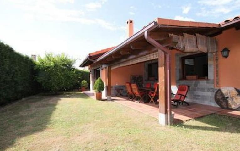 Detached house in Llanes 1.5 km from the beach - Llanes - Chalet