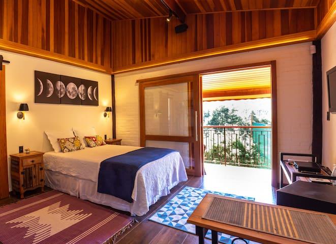 Nosso quarto com uma bela cama queen e todo o conforto do Chalé Lua Nova.