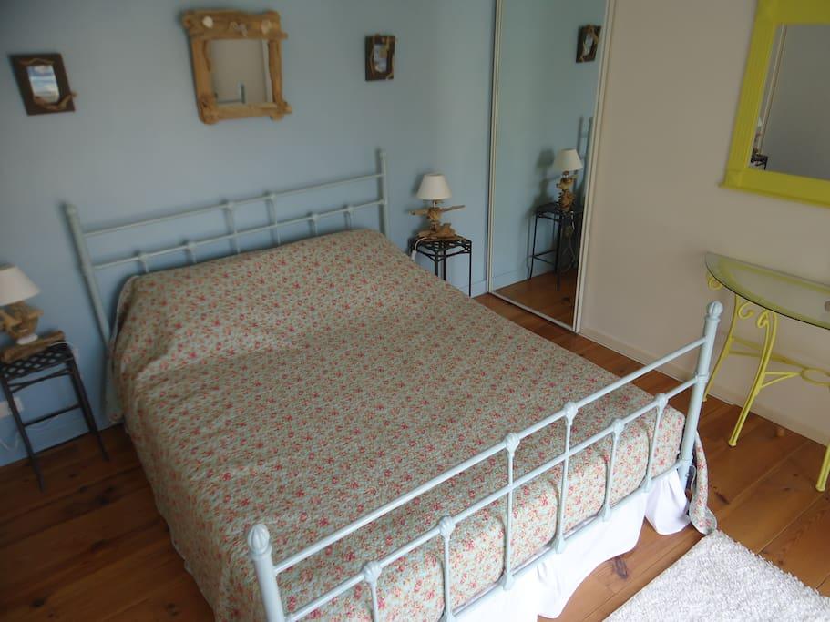 chambre lit de 160 avec grand placard et grand balcon plein sud avec bains de soleil table et chaise pour le petit déjeuner