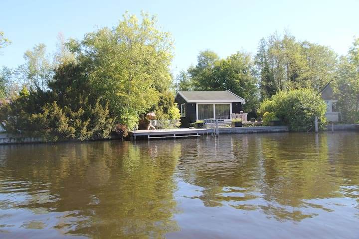 Beautiful romantic cottage directly by the Loosdrechtse Plassen.