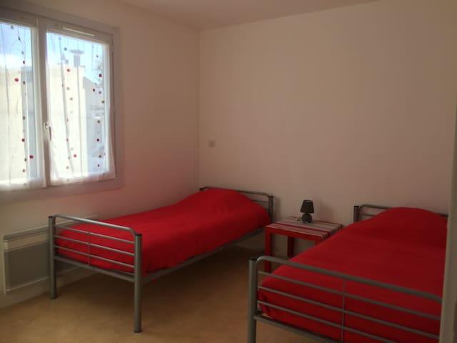 Chambre enfants 2 lits 90 - 1 lit bébé - coussins-couettes-couvertures- alèses et housses de coussins jetables -