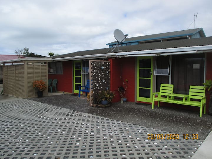 Whangamata-Beach unit (1) with tropical feel