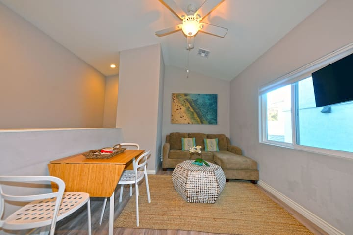 Triplex Unit B, Upper Level, 2.5 Blocks to Beach +WIFI