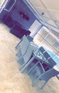 Chambre à louer en bas de villa avec piscine
